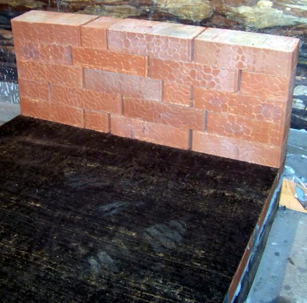 Защитная стена из кирпича